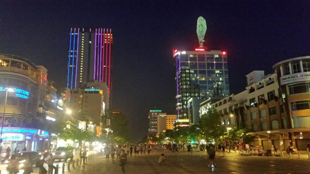 Ho Chi Minh city nocą 3
